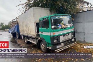 """На трассе """"Киев-Чоп"""" рейсовый микроавтобус въехал в грузовик"""