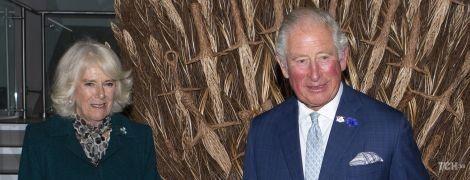 """Позували на тлі """"Залізного трону"""": герцогиня Камілла у смарагдовому пальті сходила з принцом Чарльзом до музею"""