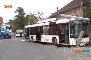 Поединок титанов в Кропивницком: в сокрушительной аварии сошлись троллейбус и грузовик