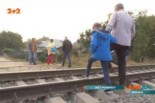 Пешеходный мост в Черкассах: лучше прыгать через железнодорожные пути, чем подниматься по нему