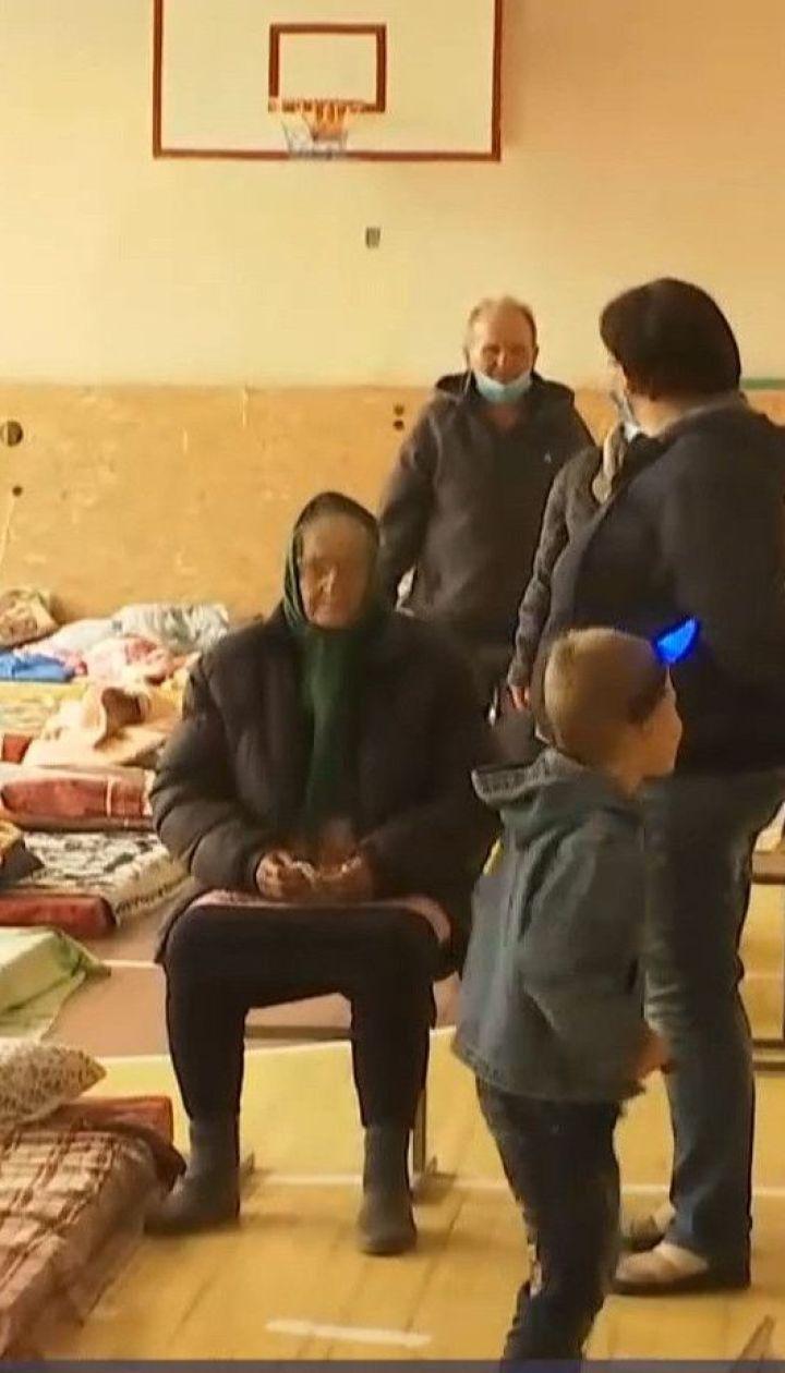 Людей, которые потеряли свое жилье в результате пожаров, эвакуировали в школу в Северодонецке