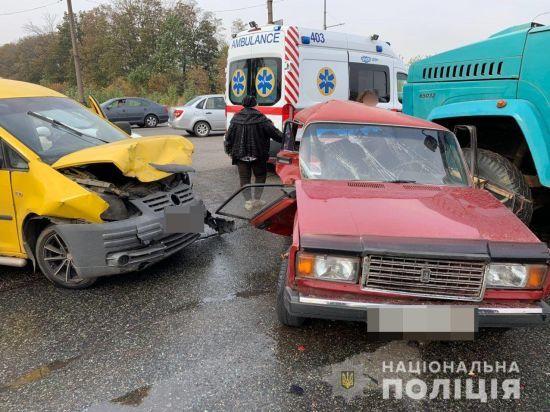 У Харкові зіштовхнулися три автівки: є постраждалі
