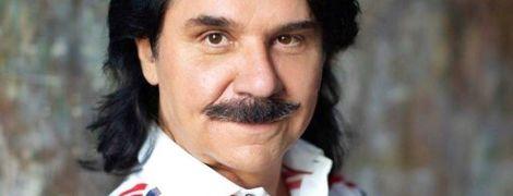 В белом пиджаке и с жуком на груди: Павел Зибров продемонстрировал стильный образ