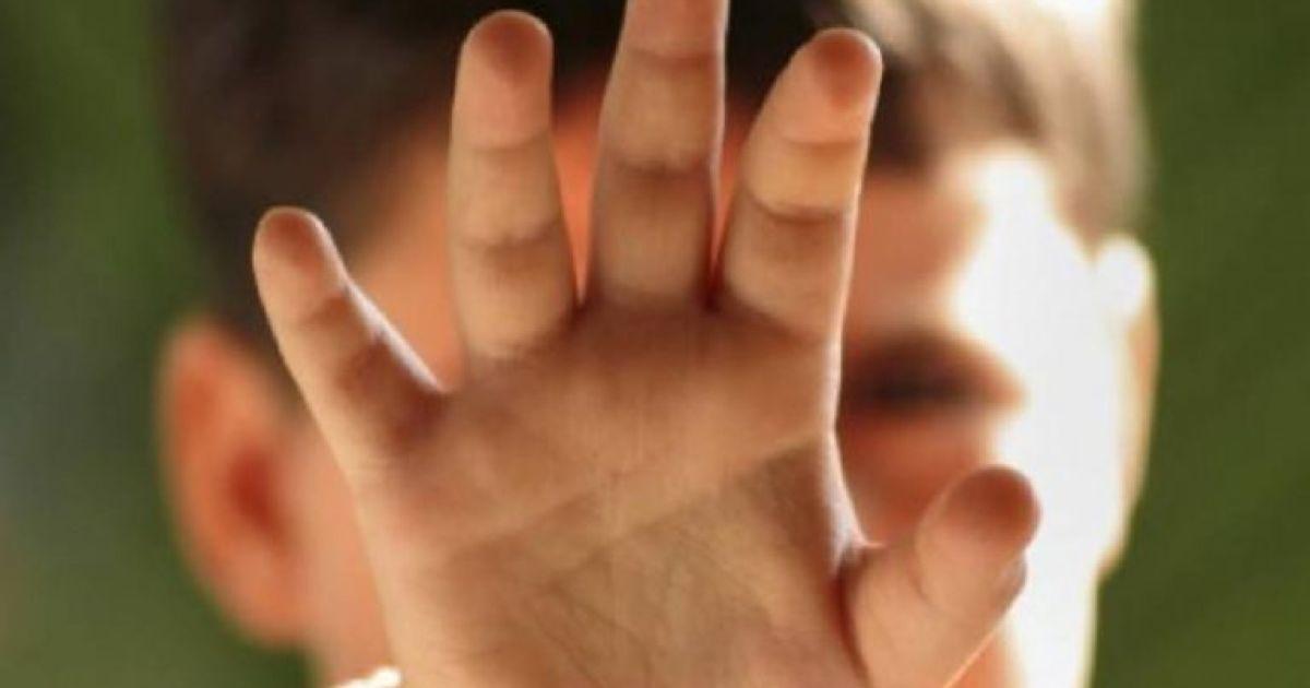 Вдарила і тягла за вухо: у Києві вчителька знущалася з учня