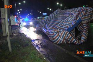 В Киеве во время движения с грузовика упал 36-тонный металлический прицеп