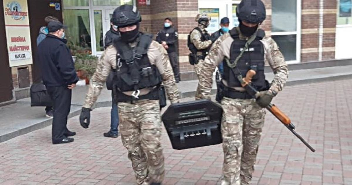 У Києві поліція навідалася з обшуком до фігуранта справи у шахрайстві: той з порога вистрілив в одного з копів