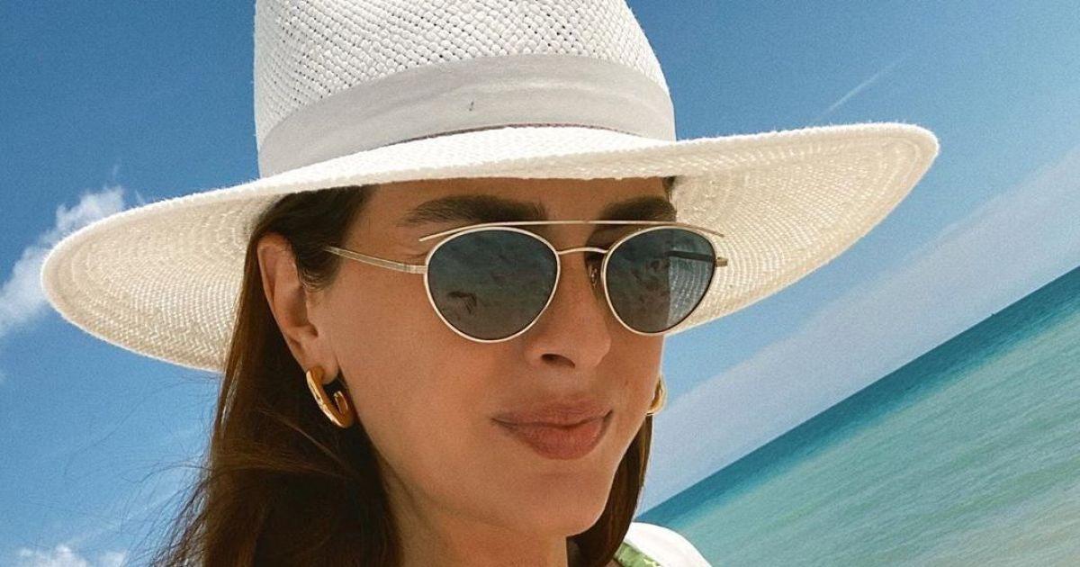 Олеся Стефанко в красном бикини станцевала на пляже с кокосом