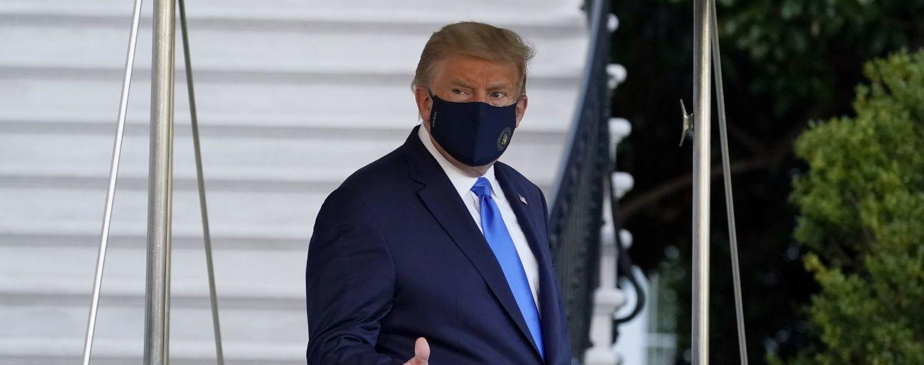 """""""Втік"""" з лікарні: Трамп з коронавірусом покинув медзаклад, щоб привітати прихильників"""