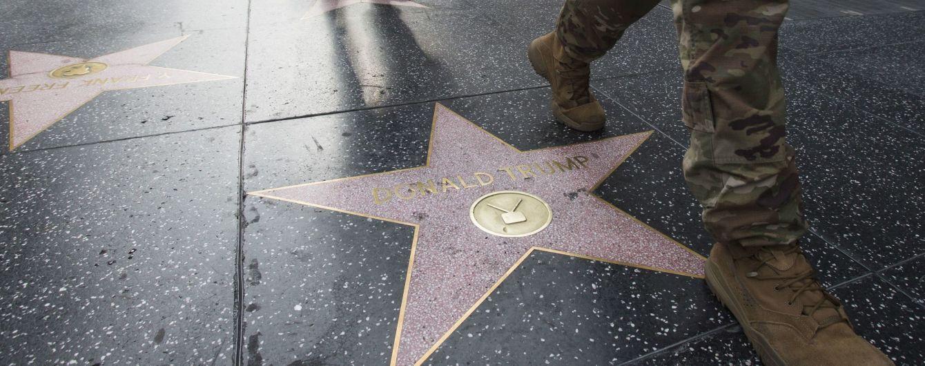 Неизвестный в костюме Халка разбил на голливудской Аллее славы звезду Трампа