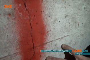 Тріщини в стінах: у Луцьку мешканці старого будинку скаржаться на руйнівне будівництво поруч