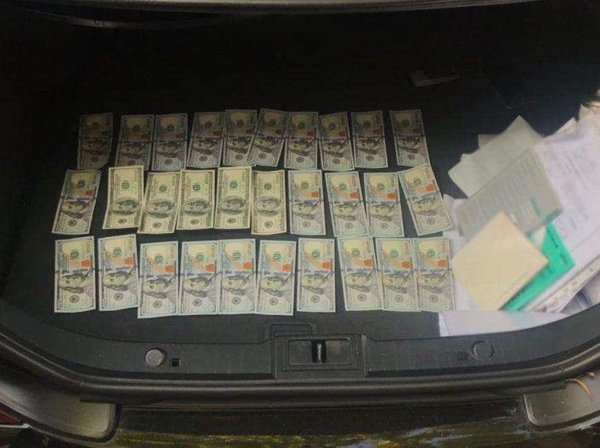 Кошти, які вимагали шахраї, гроші, долари
