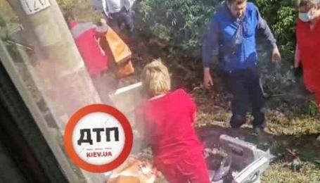 Поблизу Києва дитина загинула під потягом: у руках мала записку