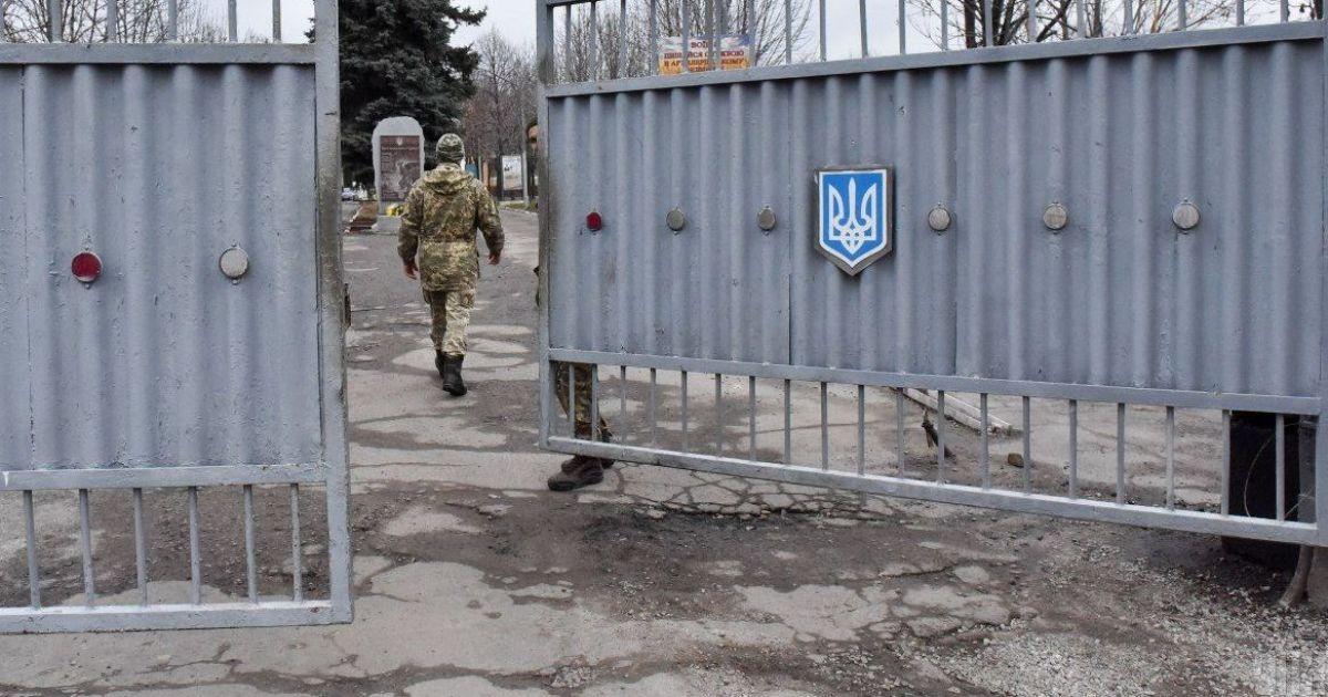 """""""Вдарив ногою у груди"""": у військовій частині під Києвом солдати повідомили про смерть товариша по службі"""