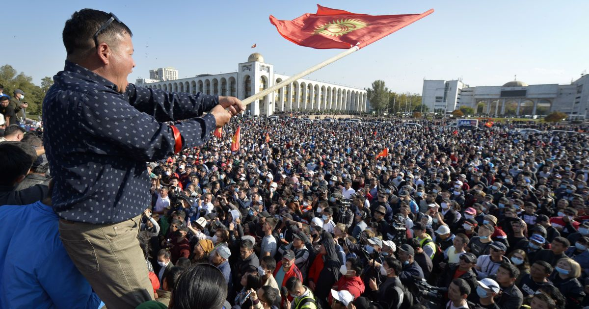 На фоне массовых протестов премьер Кыргызстана ушел в отставку