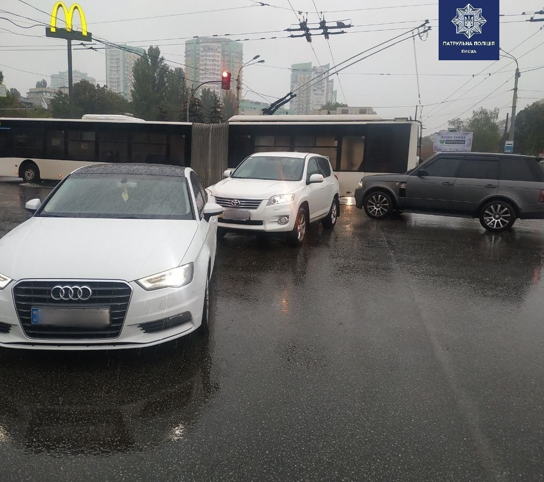 Перехрестя вулиці Вишгородської та проспекту Правди.