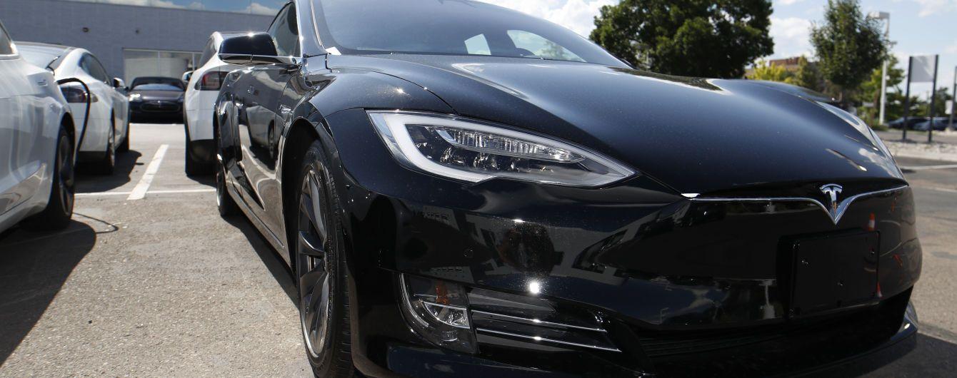 Водитель Tesla на скорости 160 км/ч снес несколько припаркованных авто и влетел в здание