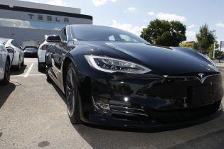 Водій Tesla на швидкості 160 км/год зніс декілька припаркованих авто та влетів у будівлю