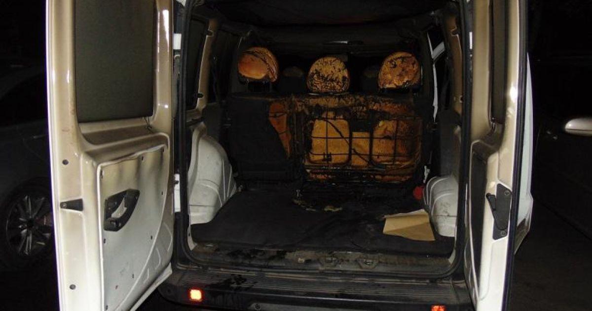 У Києві на Подолі двоє чоловіків, посварившись зі знайомим, підпалили його автівку: фото