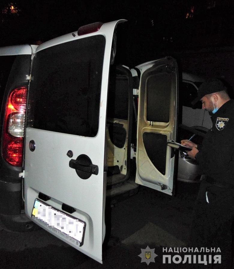 Слідчі столичної поліції оголосили двом чоловікам про підозру за підпал автівки знайомого