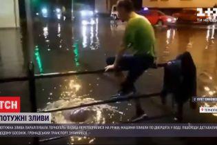 Вода по коліна і люди вбрід: як потужна злива перетворила Тернопіль на Венецію