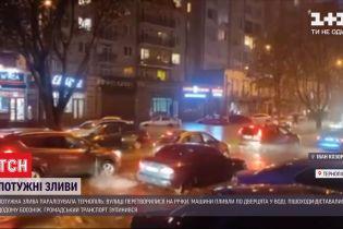 Сильна злива змусила тернополян вбрід переходити вулиці, а машини - пливти по колеса у воді