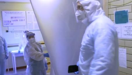 """""""Это очень болезненно"""": появилось видео, где и как лечат больных COVID-19 в Киеве"""
