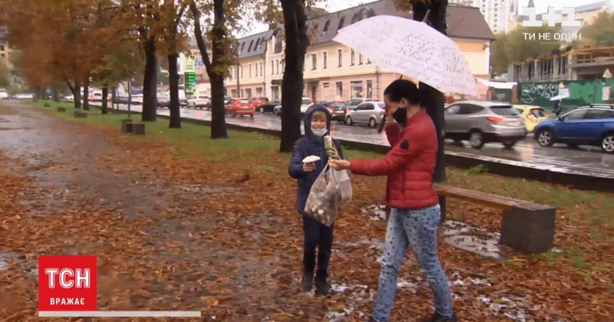 Гриби після дощу: у середмісті Києва місцеві збирають печериці