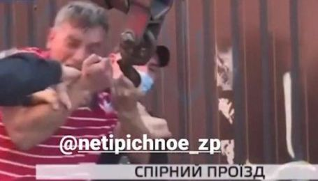В Запорожье мужчина рычал и кусал копов: появилось видео