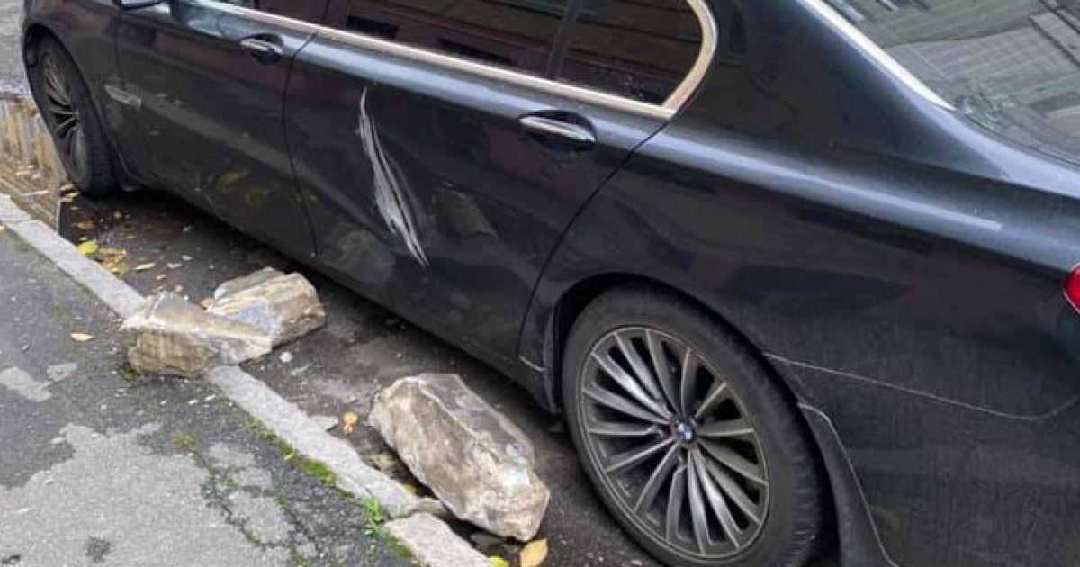 У центрі Києва зі старого будинку посипалось каміння і пошкодило автівку: з'явилися фото