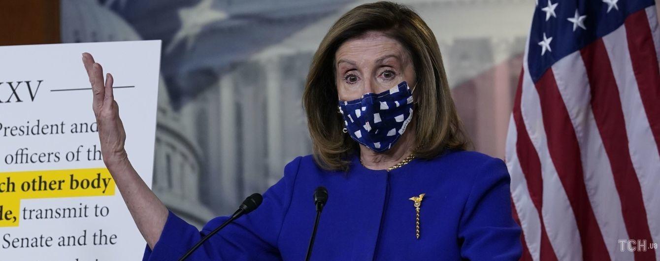 В синем жакете, золоте и дизайнерской маске: 80-летняя спикер палаты представителей США на пресс-конференции