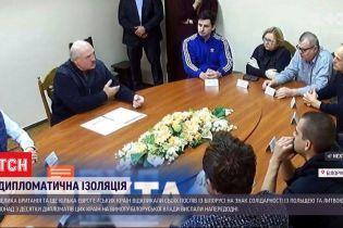 Протести у Білорусі: Лукашенко зустрівся із політв'язнями, а Велика Британія відкликає свого посла