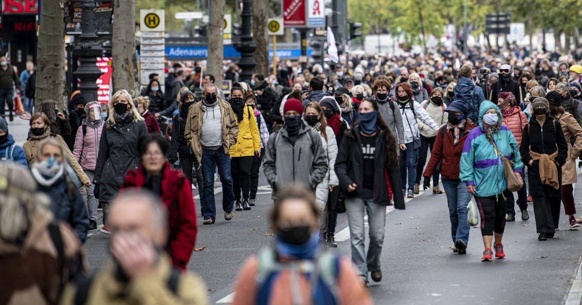 Посилення карантину: Берлін заборонив нічну роботу барів і ресторанів