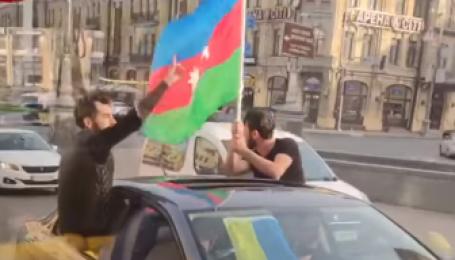 Стріляли та розмахували прапорами: поліція затримала в Києві іноземців на автомобілях