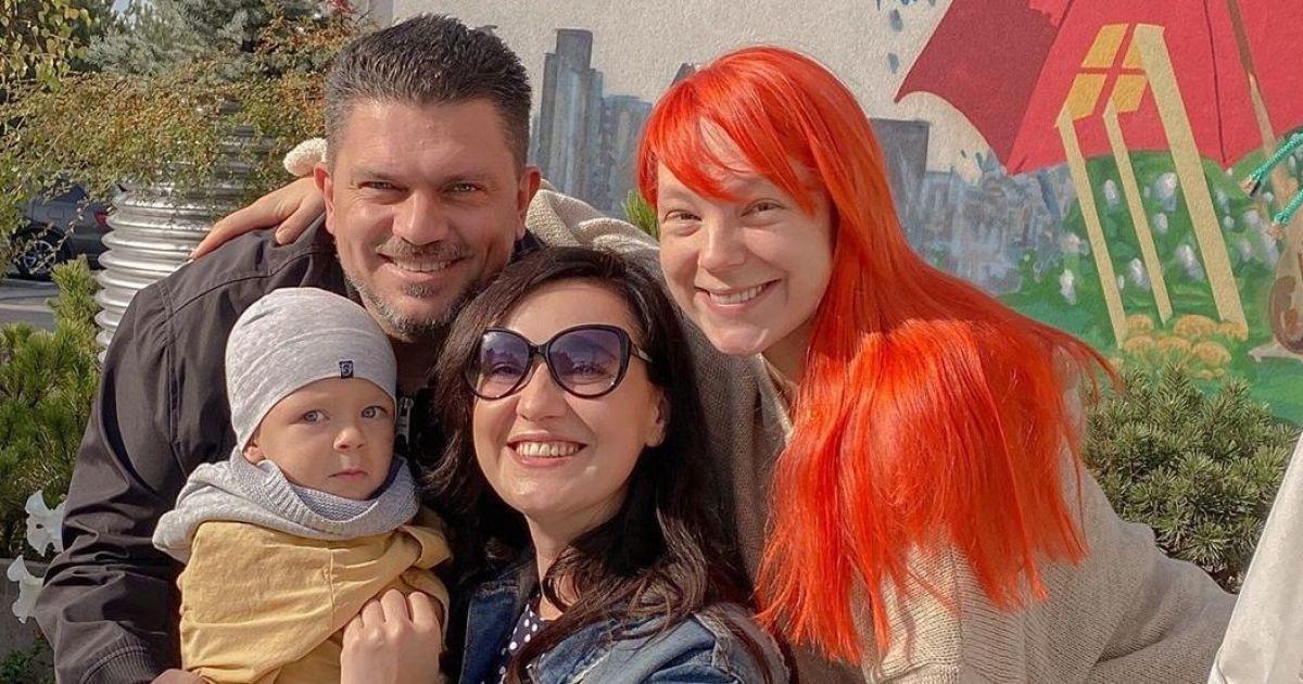 Прогулялась с коляской: Соломия Витвицкая встретилась со звездной кумой Светланой Тарабаровой и ее детьми
