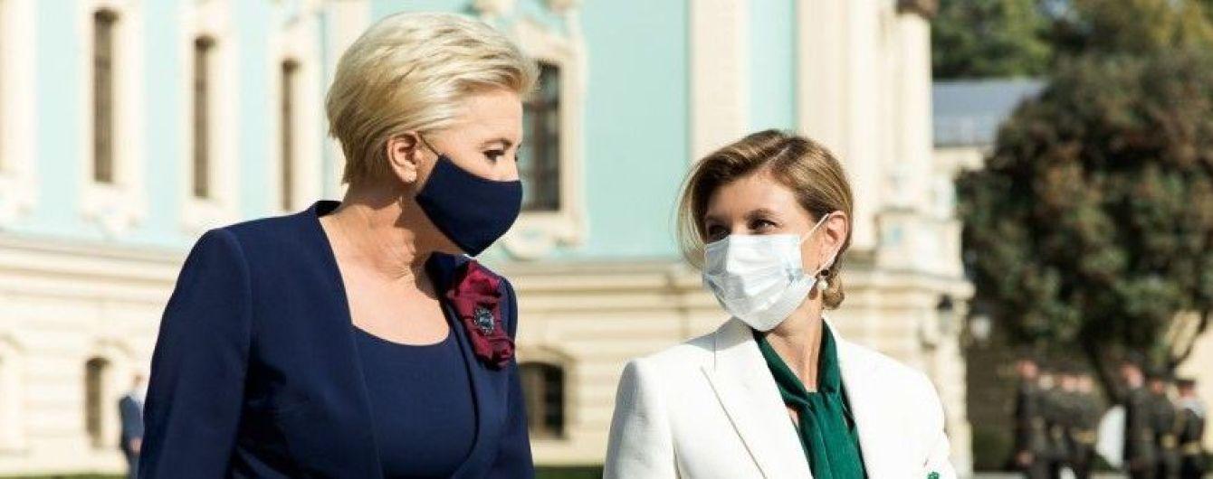 В белоснежном костюме и изумрудной блузке: Елена Зеленская в эффектном образе предстала на встрече с польской коллегой