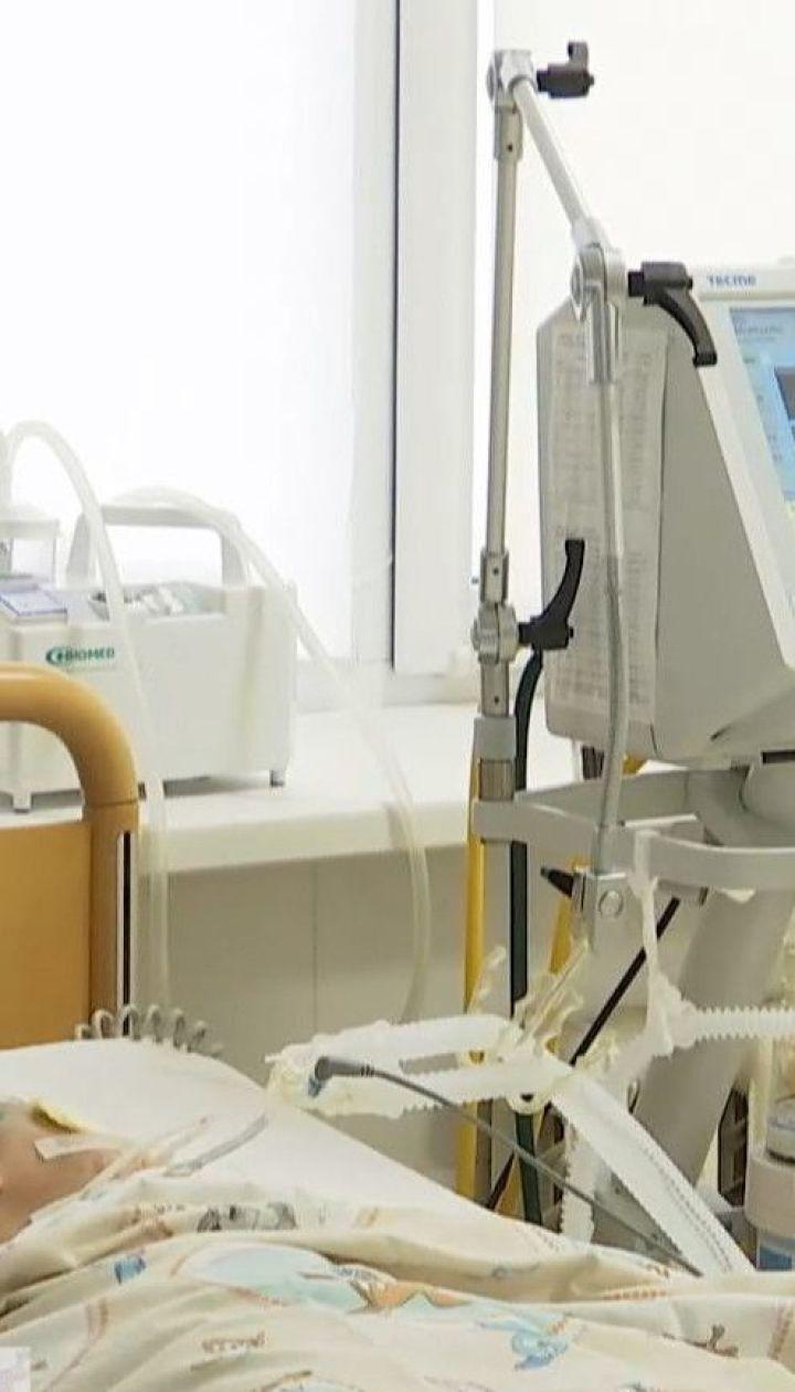 У Хмельницькій області лікарі намагаються врятувати дівчинку, яку, ймовірно, побила власна матір