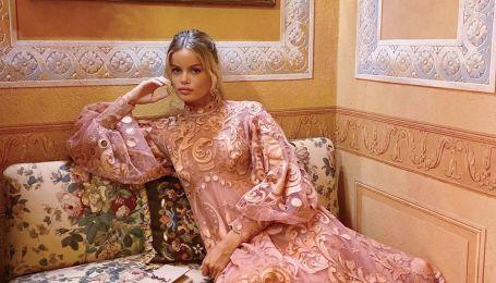 В нежном платье с аппликацией: модель Фрида Аасен похвасталась модным образом
