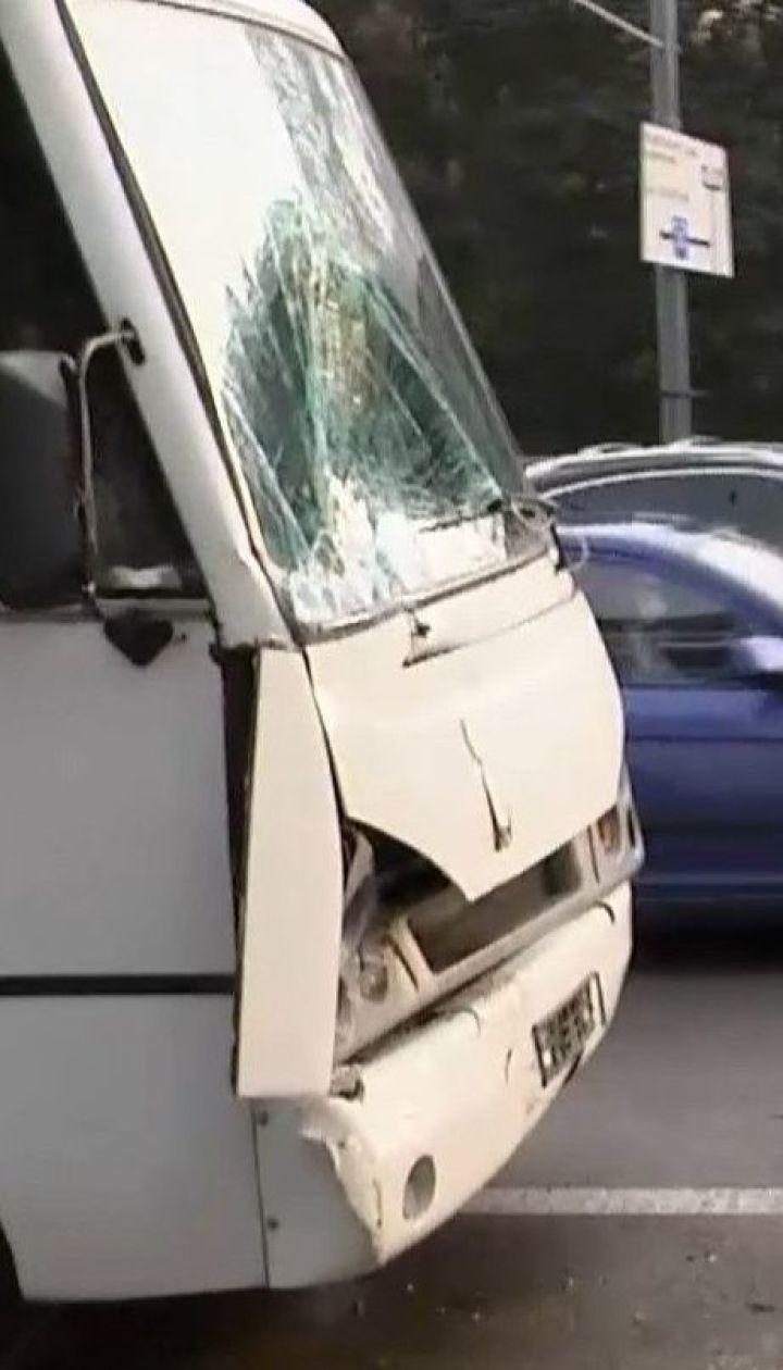 У Києві зіткнулося два маршрутних автобуси, є потерпілі