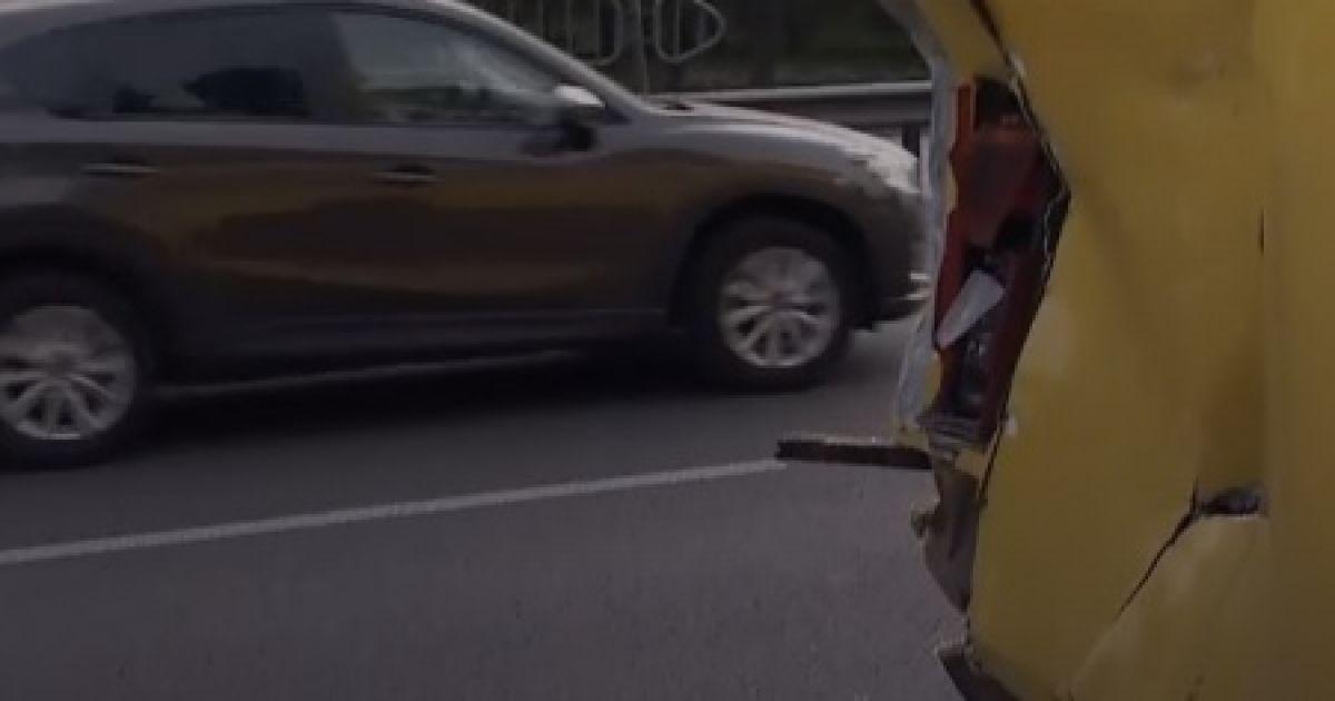 У Києві зіткнулися легковик та дві маршрутки, є потерпілі