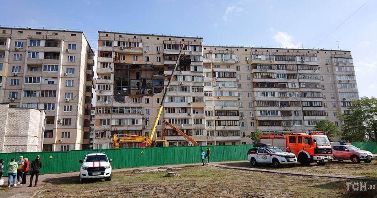 Мешканці зруйнованої вибухом багатоповерхівки на Позняках нарешті можуть забрати із неї речі
