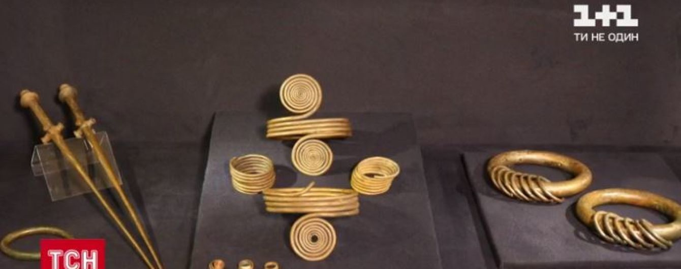 Пів кілограмові браслети і шпильки-стилети: до Києва привезли унікальну колекцію прикрас