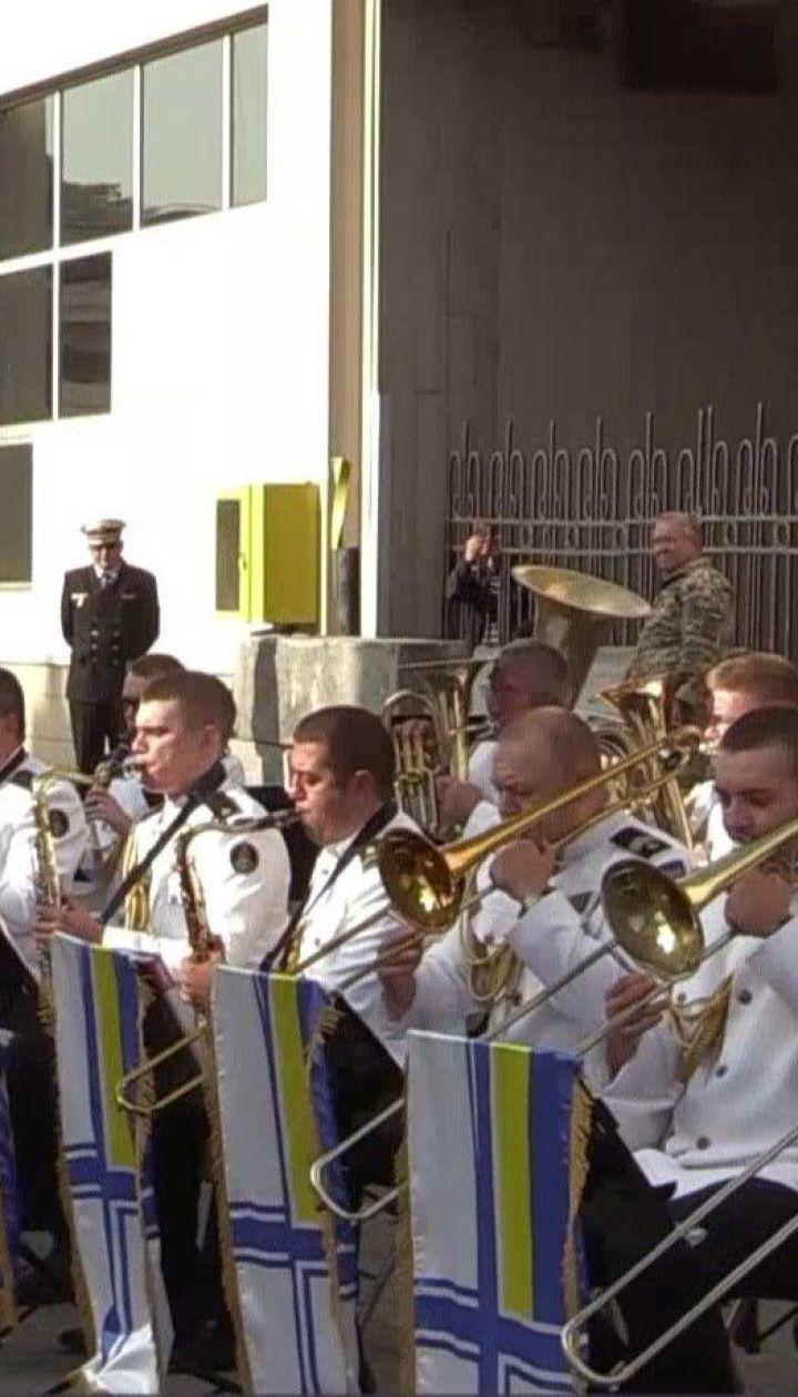 Украинский военный оркестр устроил концерт под открытым небом для эсминца Великобритании