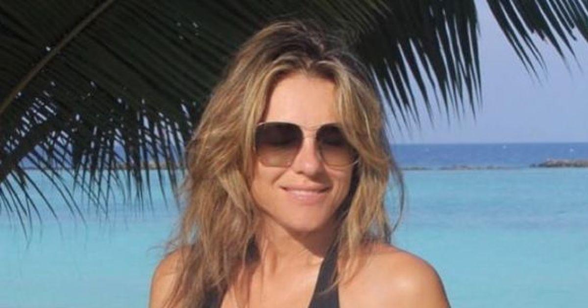 Струнка і сексуальна: 55-річна Елізабет Герлі позувала в купальнику з глибоким декольте