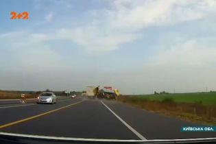 Вблизи Броваров водитель фуры выехал на обочину и создал аварию
