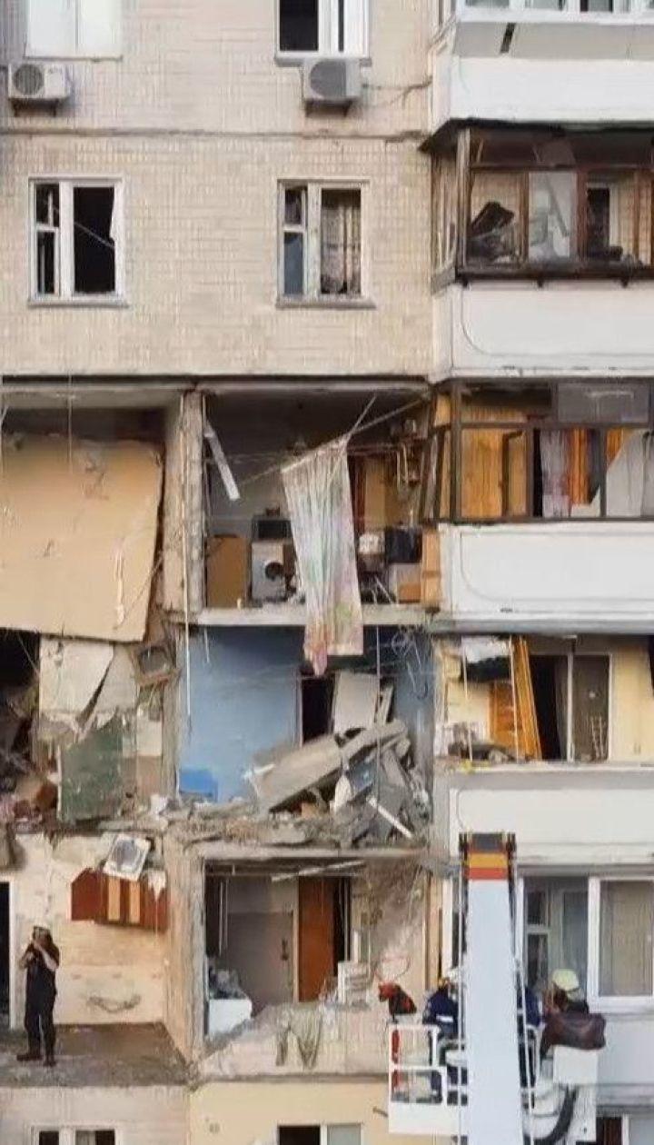 Мешканям зруйнованої багатоповерхівки на Позняках дозволили забрати з осель свої речі