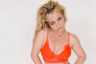 Бритни Спирс в красном лифе и полосатых колготках озадачила фанов