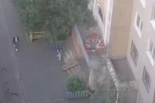 Трагедия в Киеве: девушка выпала с балкона многоэтажки