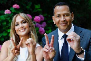 Изысканная Дженнифер Лопес в шелковом костюме сходила на свидание с женихом