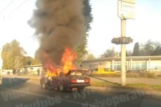 В Киеве на проспекте Победы загорелся ВАЗ: появилось ужасное видео