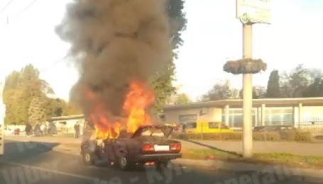 У Києві на проспекті Перемоги загорівся ВАЗ: з'явилося жахливе відео